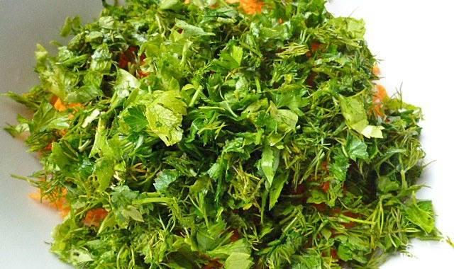 Свежую зелень тщательно промываем, нарезаем и выкладываем к моркови.