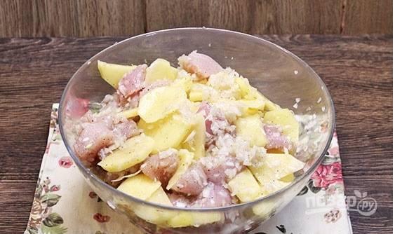 Пока тесто доходит, займемся приготовлением начинки. Для этого промываем филе курицы под водой, нарезаем небольшими кусочками. Репчатый лук мелко рубим, картофель режем небольшими дольками. Смешиваем все в отдельной емкости и хорошенько перемешиваем, солим и перчим по ходу.