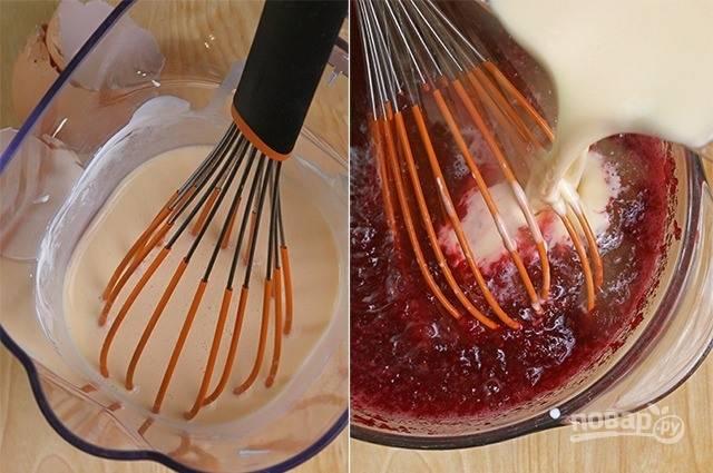 В миску вбейте сырые куриные яйца и добавьте жирную сметану. Хорошенько взбейте ингредиенты венчиком. Добавьте полученную массу к ягодам и тщательно все перемешайте.