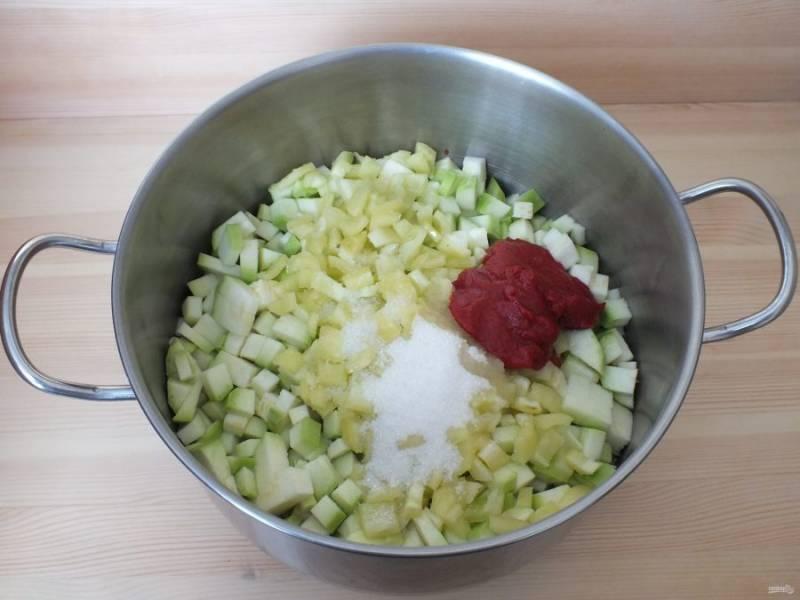 К овощам добавьте соль, сахар, масло, томатную пасту.