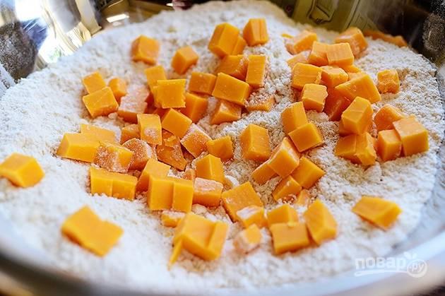 3. Добавьте в тесто кубики твердого сыра.