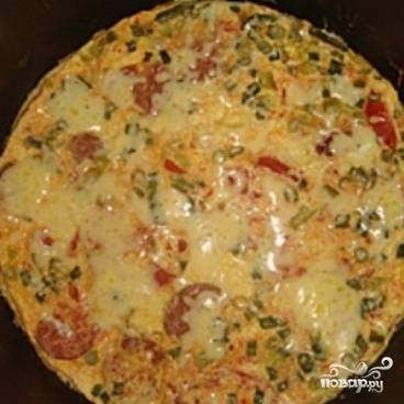 После звукового сигнала об окончании программы, откройте крышку и посыпьте омлет тертым сыром. Закройте крышку на пару минут, чтобы сыр растаял. Вуа-ля! Омлет в мультиварке готов!