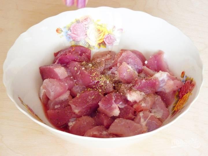 Мясо промойте и нарежьте кусочками. Поперчите, посолите по вкусу и добавьте свои любимые специи. Оставьте мариноваться, пока будете подготавливать овощи.