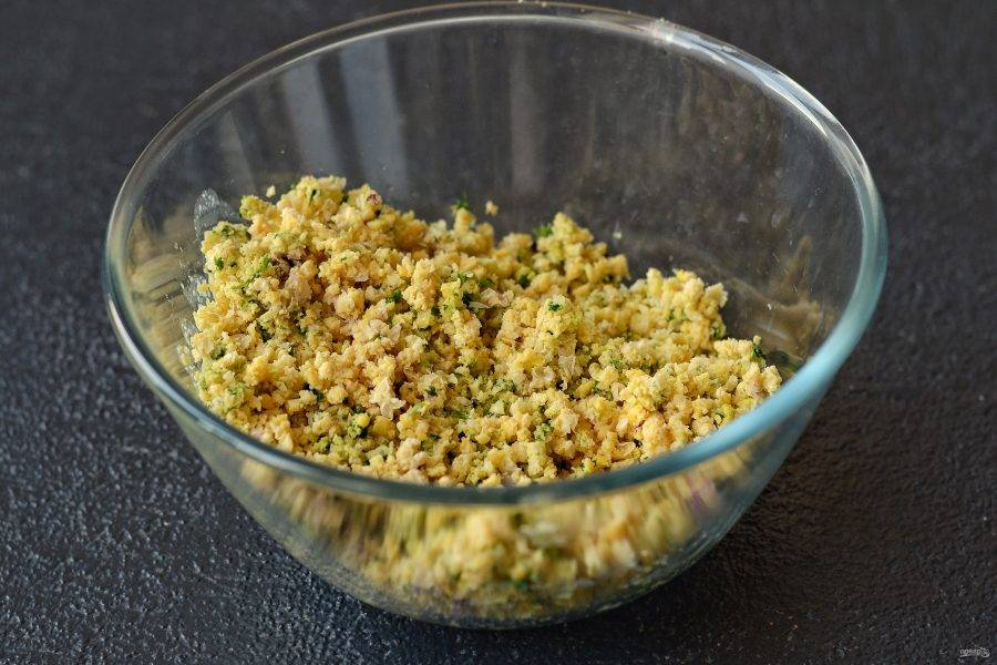 Измельчите нут в мясорубке вместе с зеленью, луком и чесноком. Добавьте в фарш все специи.