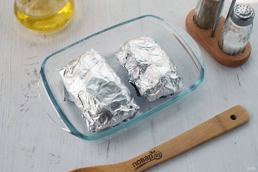 Заверните каждую грудку в фольгу, поставьте запекаться в разогретую до 200 градусов духовку на 15-20 минут.