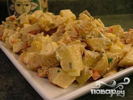 6.Готовый остывший картофель переложите в большое красивое блюдо, смешайте с кукурузой, перцем, чесноком, петрушкой и заправкой. Охладите перед подачей на стол!