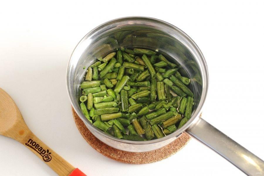 Фасоль отварите в течение 5 минут, после чего сразу опустите в холодную воду, чтобы она не потеряла цвет.