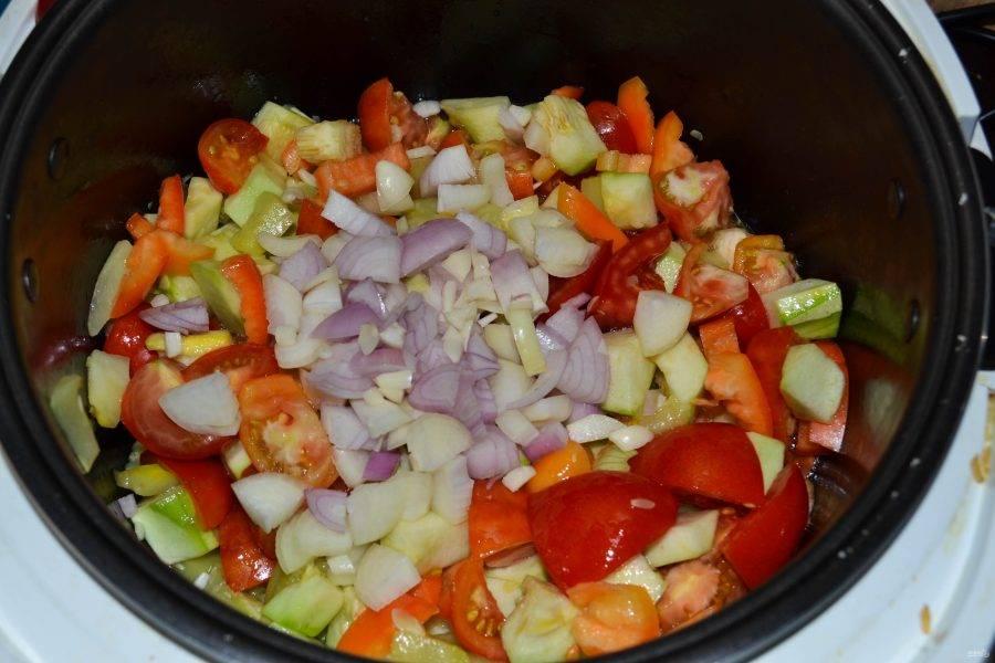 И сразу же добавьте лук и чеснок.
