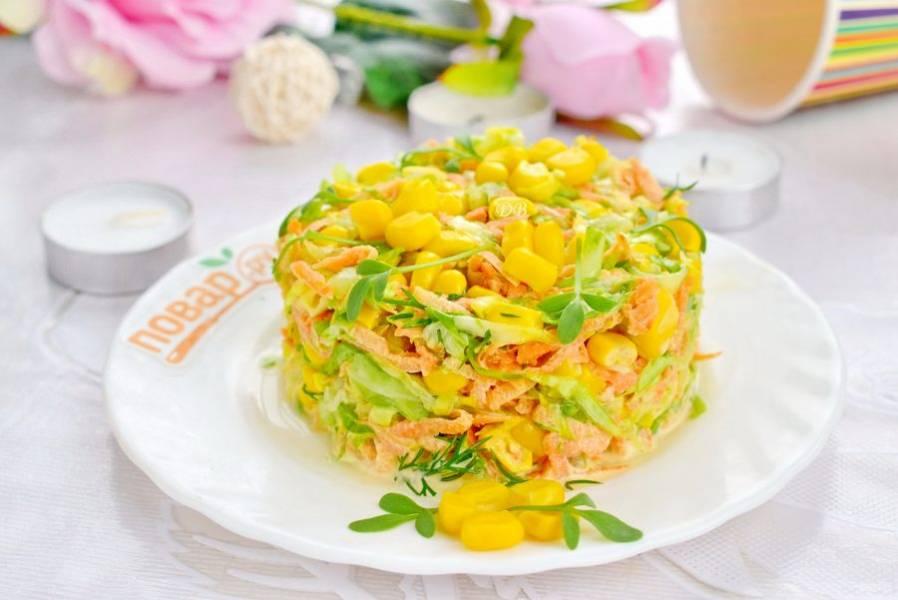 Салат переложите на блюдо в сервировочное кольцо, примните ложкой, аккуратно снимите кольцо. Украсьте кукурузой и зеленью. Приятного аппетита!