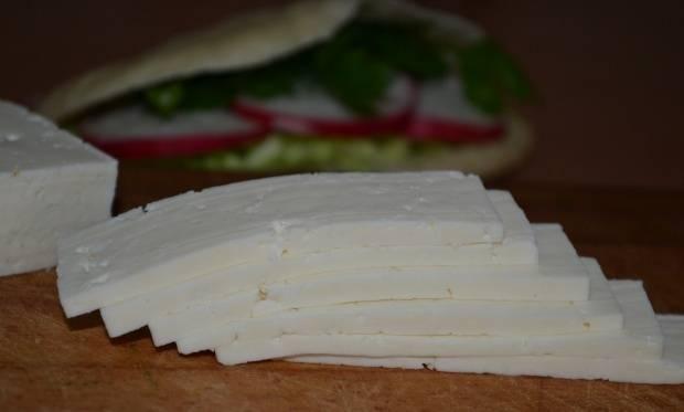"""4. Нарезаем полосками сыр. Вкуснее всего в этом салате будет сыр """"Здоровье"""", брынза или плавленый сырок."""