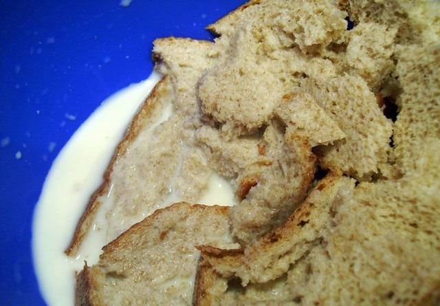 4. В процессе приготовления необходимо залить ломтик хлеба молоком и дать ему немного размокнуть. Затем хорошо отжать и добавить в фарш.