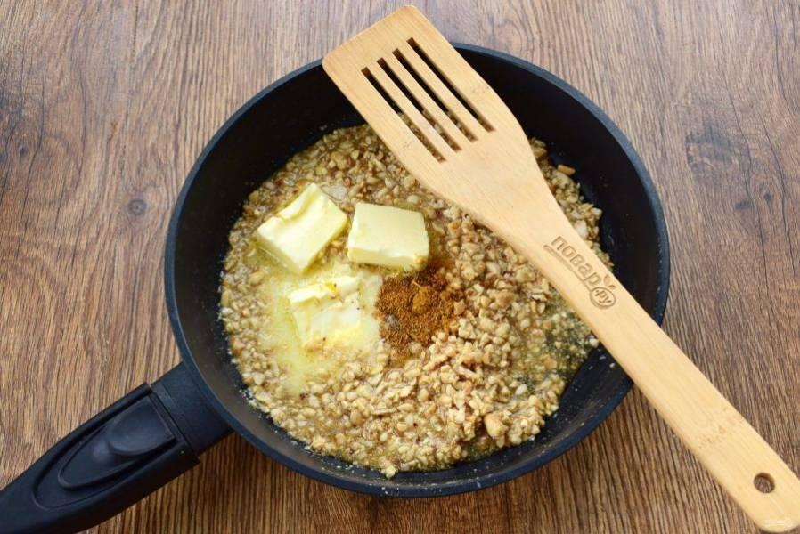Арахис измельчите в мелкую крошку. На сковороде соедините мед и соевый соус, прогрейте в течение 1 минуты. Добавьте измельченный арахис, сливочное масло и приправу. Перемешайте до растворения масла и снимите с огня.