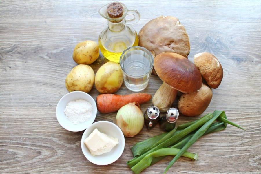 Подготовьте все необходимые ингредиенты для приготовления супа из боровиков.
