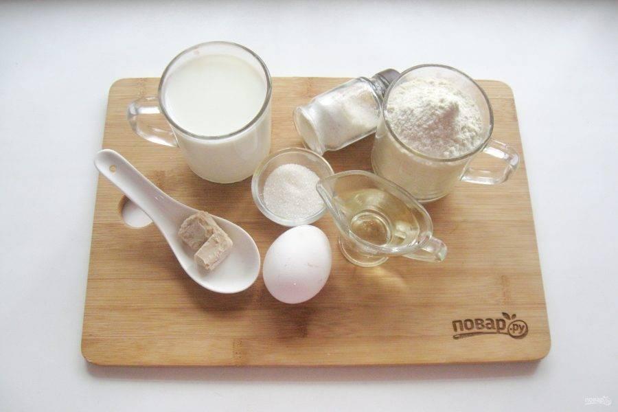 Подготовьте ингредиенты для приготовления блинов на сырых дрожжах.