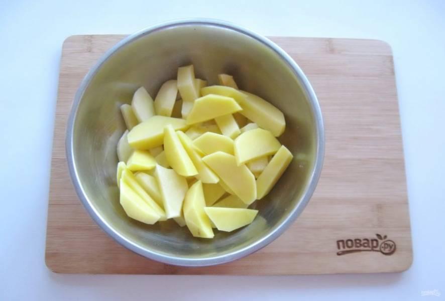 Картофель очистите, помойте и нарежьте брусочками.