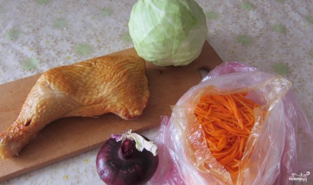 Подготовьте все необходимые для приготовления салата ингредиенты.