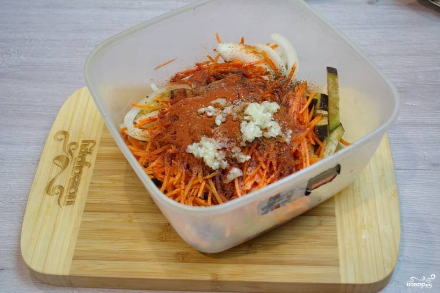 Теперь к овощам добавьте растительное масло, соль, сахар, черный молотый перец, красный молотый перец. Выдавите через пресс чеснок, добавьте уксус. Все перемешайте.