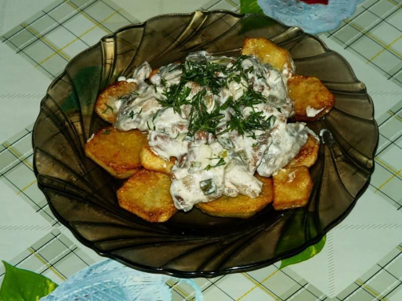 6. Добавим зелень и подаем с картофелем.