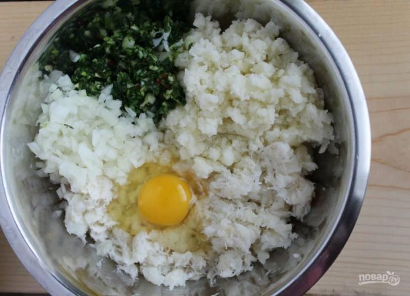 1.Филе соленой трески залейте холодной водой и оставьте на 1 сутки, затем отожмите от воды и перекрутите через мясорубку. Картофель очистите и нарежьте мелко, отварите до готовности и разомните в пюре. Нарежьте мелко лук, тимьян, кориандр, чеснок и маленькую часть чили. В миске смешайте все ингредиенты, добавьте яйцо.