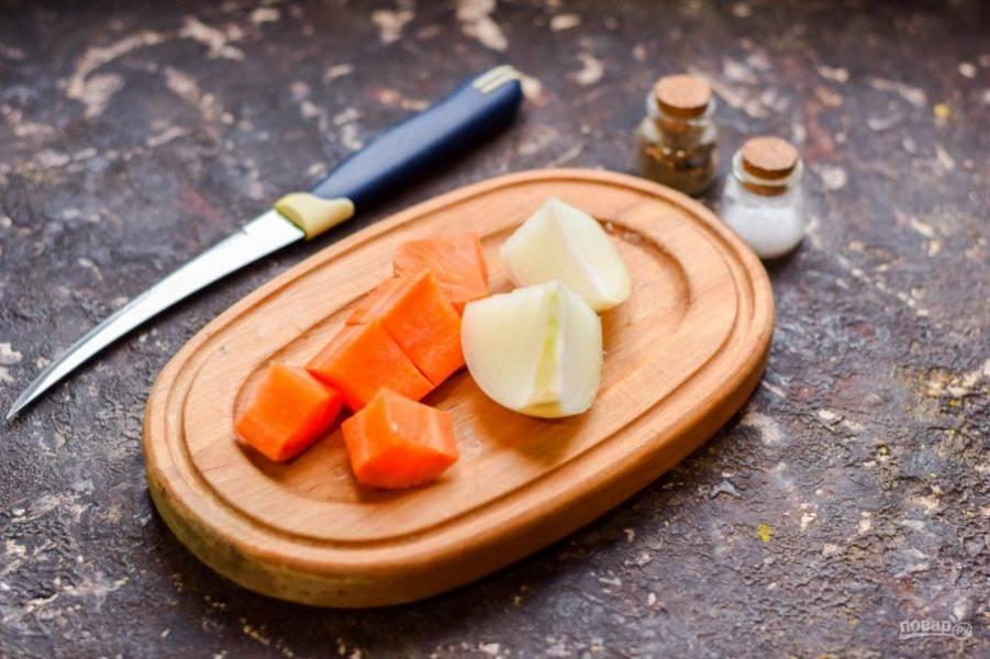 Морковь и лук очистите и нарежьте произвольными кусочками.