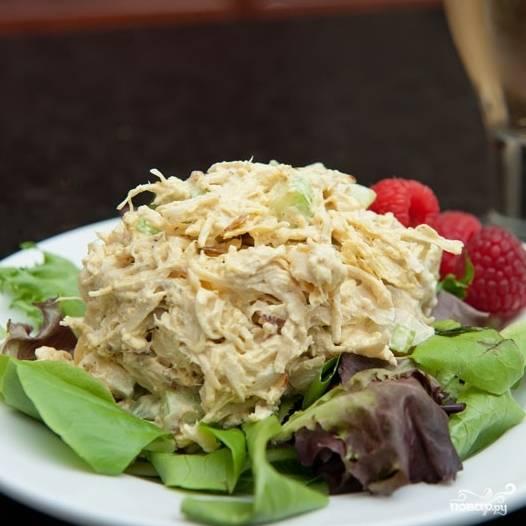 6. Подавайте салат из курицы с сельдереем в пите или на салатных листьях. Приятного аппетита!