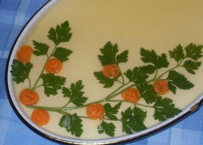 Извлекаем застывшее желе из холодильника и заливаем белым желе. Снова ставим в холодильник для полного застывания. Готовое желе украсьте овощами и и зеленью, затем залейте прозрачным желе. Дайте массе застыть и подавайте на стол. Приятного аппетита!