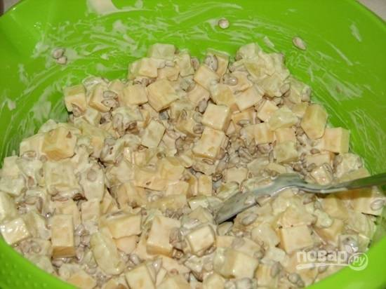 По вкусу добавьте соль и перец. Перемешиваем с майонезом — и салат готов.