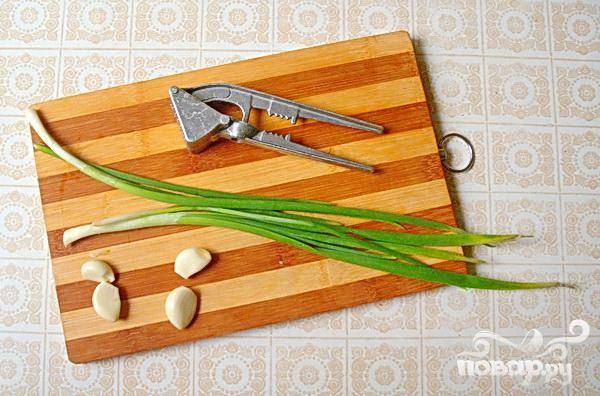 4.Через давилку пропускаем чеснок, и нарезаем совсем немного зеленого лука.