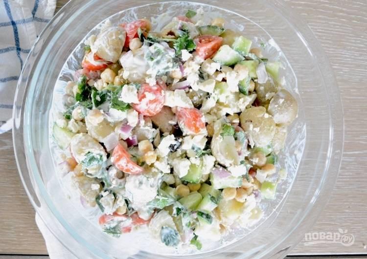 12.Добавьте соус в миску к овощам и перемешайте, подавайте его сразу или спустя время.