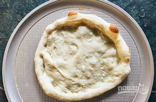 2. Тесто раскатайте, выложите в форму или на противень и отправьте в духовку минут на 5-7, оно должно немного подрумяниться. Из майонеза, васаби и меда сделайте соус.