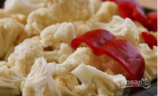 Капусту и перец помойте. Перец нарежьте толстой соломкой, а капусту разберите на соцветия.