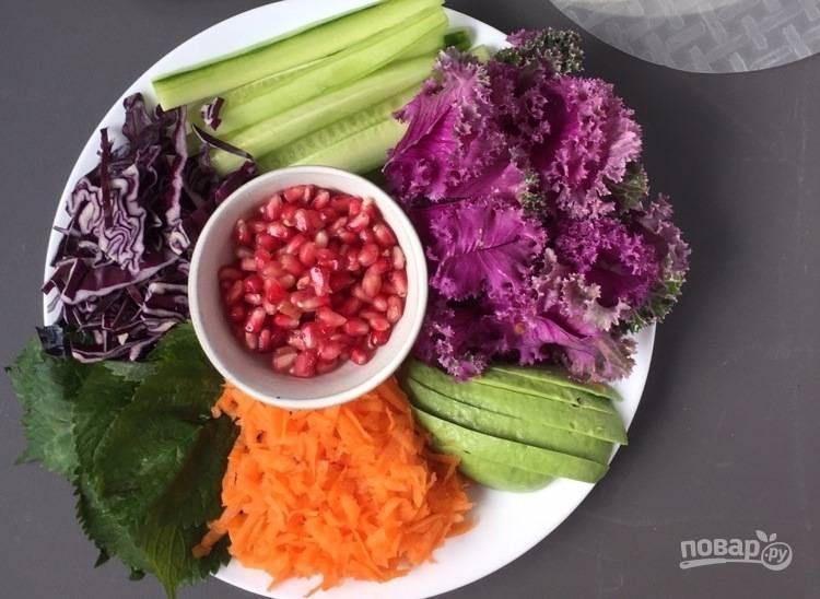 1. Подготовьте все овощи, тщательно их промойте под проточной водой. Нарежьте все овощи соломкой.
