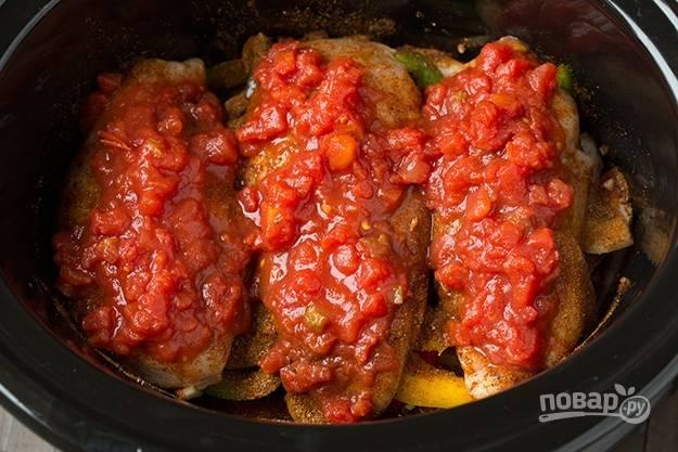 5.Ранее оставленные томаты и перец нарезаю мелко и смешиваю, выкладываю на филе. Закрываю крышку мультиварки, устанавливаю режим «Тушение» и время 2 часа.