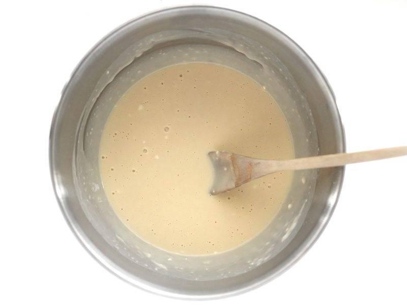 3.Когда дрожжи будут готовы, влейте молочную смесь, посолите и добавьте 1 стакан муки, тщательно перемешайте.