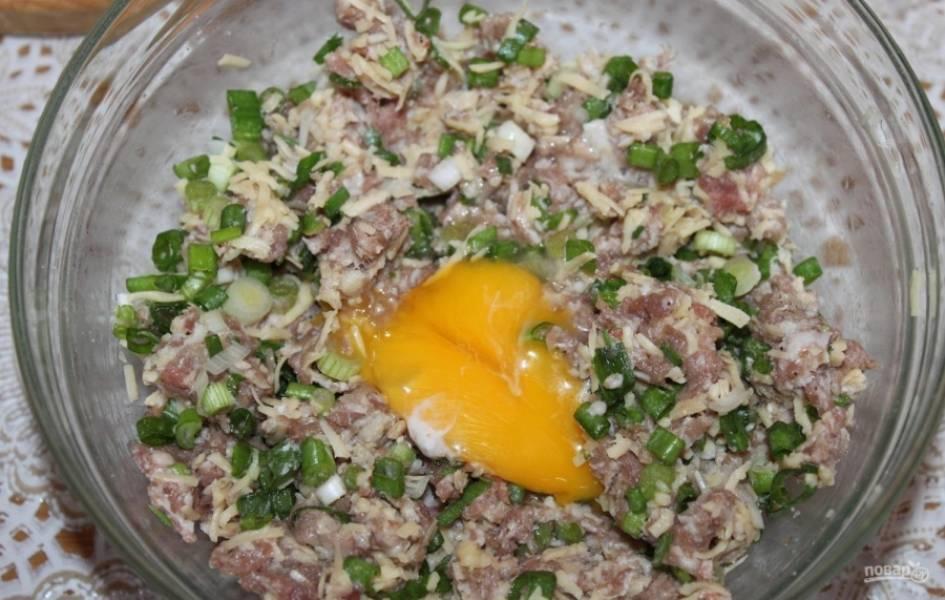 4.Вбиваю 1 яйцо и тщательно перемешиваю руками, так начинка будет однородной.