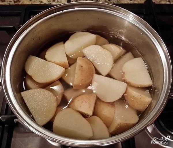 1. Первым делом очистите картофель, нарежьте его среднего размера кусочками и отварите в подсоленной воде до готовности.