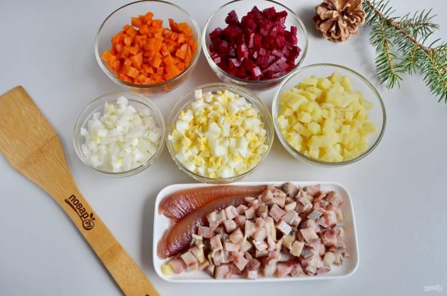 Порежьте все ингредиенты салата мелким кубиком.