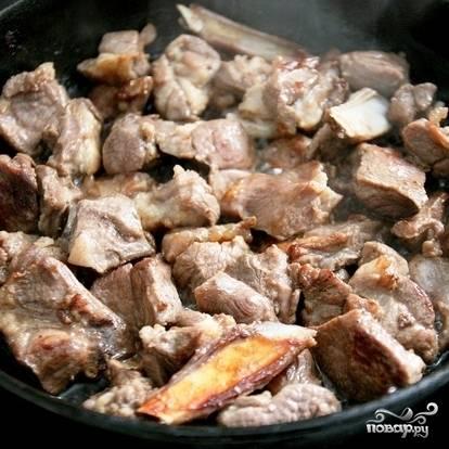 Обжаренную айву слегка посыпаем сахаром и перекладываем из сковороды в какую-нибудь тарелку. В эту же сковороду с пропитанным айвой маслом бросаем баранину. Обжариваем на сильном огне до румяности.