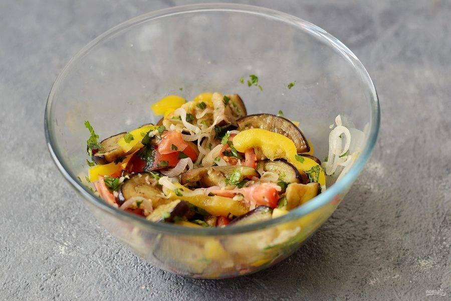 Соедините все овощи в одной миске, посолите и поперчите по вкусу. Добавьте зелень, чеснок и острый перец. Перемешайте и оставьте салат настояться на 10-15 минут.