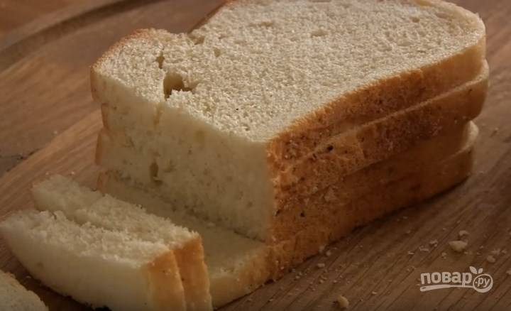 4. У хлеба обрежьте один край и намажьте большие куски сливочным маслом.