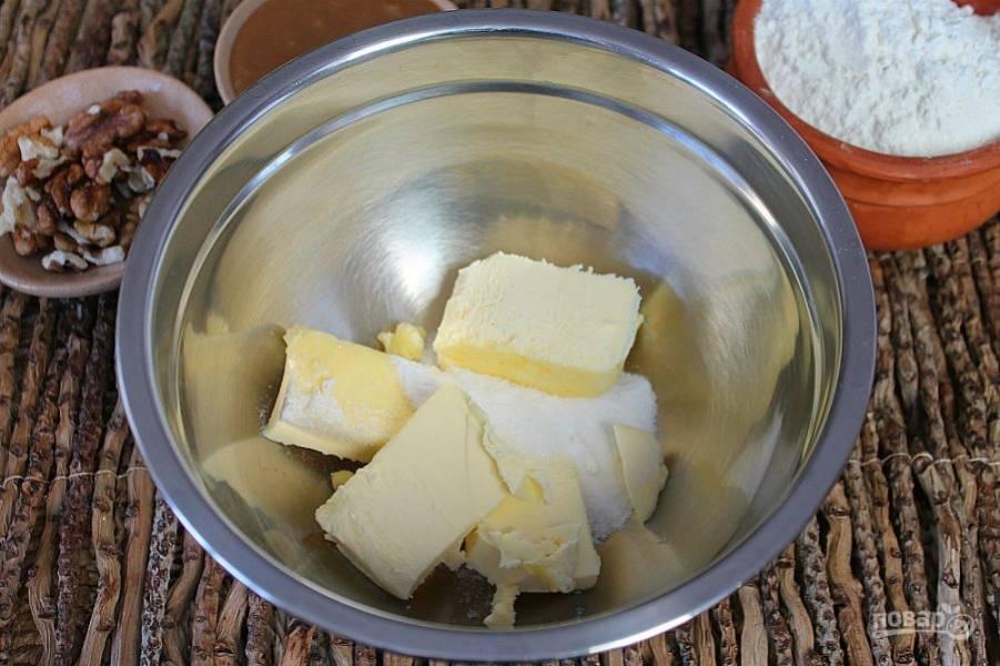В миску высыпаем сахарную пудру, добавляем сливочное масло и щепотку соли. Перемешиваем.