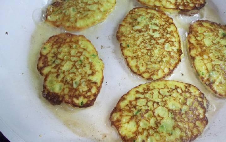 Разогреваем на сковороде растительное масло и обжариваем оладьи с двух сторон до золотистого цвета.