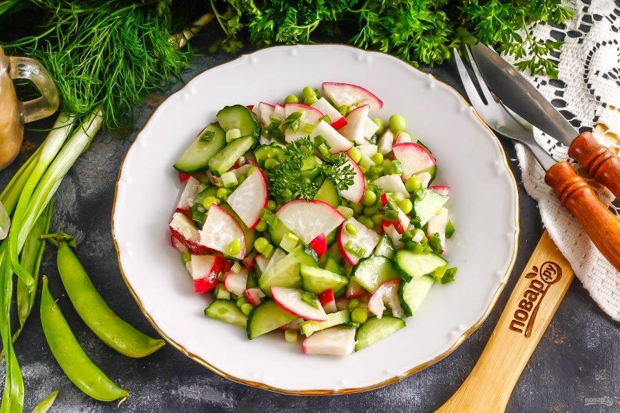 Подайте салат к столу сразу же после его приготовления.