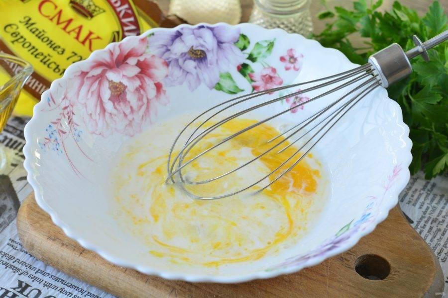 Для омлета вбейте яйца в миску, смешайте со сливками и взболтайте венчиком. Посолите и поперчите по вкусу.