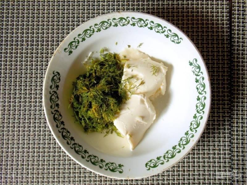 Смешайте сыр, хрен и зелень.