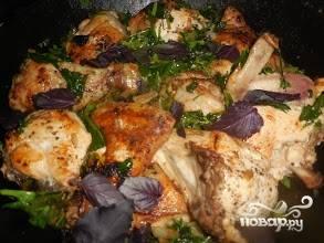 3. А теперь добавим курицу к шпинату, накрываем крышкой и тушим все вместе еще 15-20 минут.