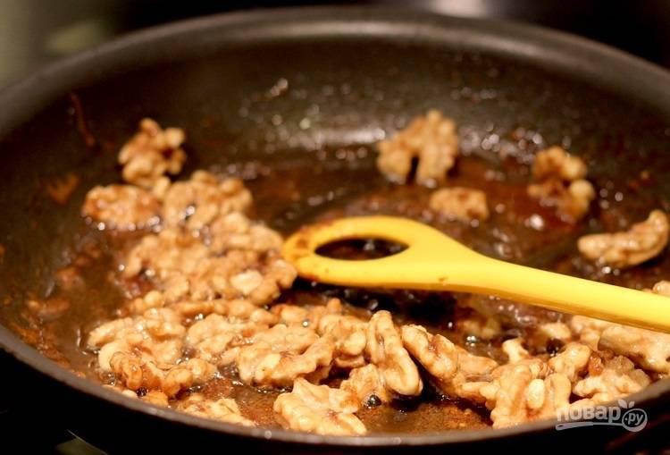 2.Выложите грецкие орехи к маслу и перемешайте, готовьте до появления орехового аромата.