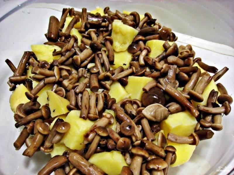 В миску выложите картошку, добавьте грибочки (в нашем случае — опята).