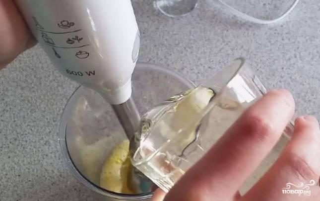 После доливаем подсолнечное масло и лимонный сок. Я предпочитаю не использовать уксус. Вкус натурального лимончика гораздо приятнее.