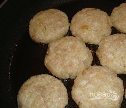 Влейте в сковородку растительное масло без запаха и разогрейте его на среднем огне. Формируйте из фарша руками небольшие котлетки и обжаривайте их под закрытой крышкой с обеих сторон до появления золотистой корочки. Подавайте с гарниром. Прекрасно подходит отварной рис или картофельное пюре.